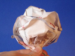 eine Geldrose im Blumenstrauß schenken