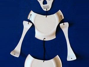 Skelett aufhängen