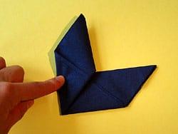 Schritt 7: vorderen Flügel senkrecht nach oben falten