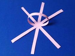 Papierkugeln als baumschmuck basteln gestalten - Tannenbaumschmuck basteln mit kindern ...