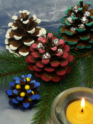 weihnachtsdeko aus angemalten zapfen basteln gestalten. Black Bedroom Furniture Sets. Home Design Ideas