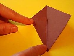 Schritt 3: unteren linken Rand zur Mittellinie falten