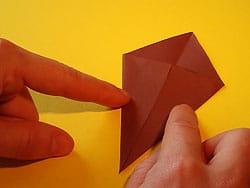 Schritt 4: unteren rechten Rand zur Mittellinie falten