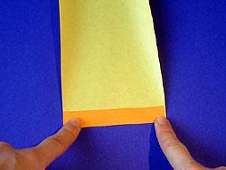 Falte den Streifen an einer Querseite um (ca. 1 cm).