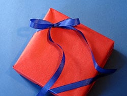 ein geschenk verpacken mit doppelschleife basteln gestalten. Black Bedroom Furniture Sets. Home Design Ideas