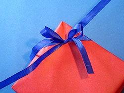 verpacken mit zweifarbigem geschenkpapier