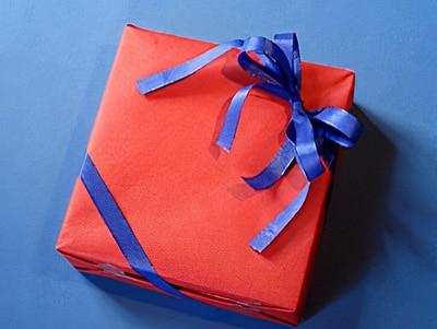 ein geschenk verpacken mit doppelschleife basteln. Black Bedroom Furniture Sets. Home Design Ideas