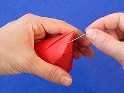 Schritt 11: eine Nadel in die Mittes des Bechers stechen