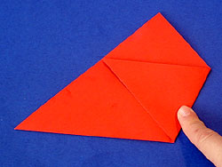 Schritt 4: rechte Spitze zum Schnittpunkt falten
