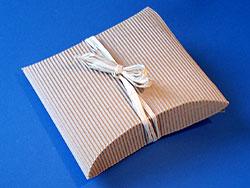 geschenke in wellpappe verpacken basteln gestalten. Black Bedroom Furniture Sets. Home Design Ideas