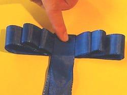 eine flache schlaufen schleife binden basteln gestalten. Black Bedroom Furniture Sets. Home Design Ideas